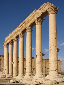 1200px-Columns_in_the_inner_court_of_the_Bel_Temple_Palmyra_Syria